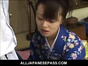 Mai satsuki to wspaniała gejsza w kimonie, która zadowoli obu jej przedsiębiorców