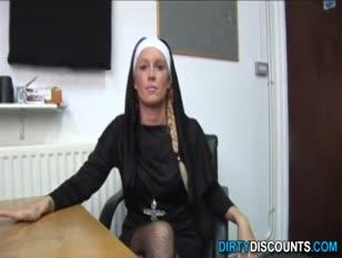 Prawdziwa brytyjska zakonnica karząca rock-hard man sausage