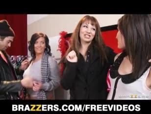 Ogromna mamuśka z brunetki dostaje seks z gwiazdą przemysłu pornograficznego i wielki kutas do jazdy