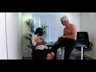 Super-urocze brytyjskie babeski cfnm masturbują się z kolesia cfnm w pracy