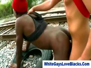 Raczkujący biały facet daje czarną dupę w rzeczywistości na świeżym powietrzu