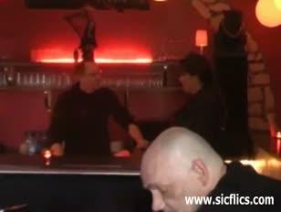 Niedoświadczony dziwoląg rozdrobniony w publicznym barze