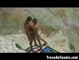 Duo podłącza się do nudystycznej plaży - amador casal transando na praia de nudismo