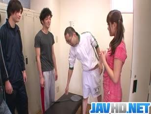 Sportowy damsel suzu minamoto dostaje penisy trio do ssania